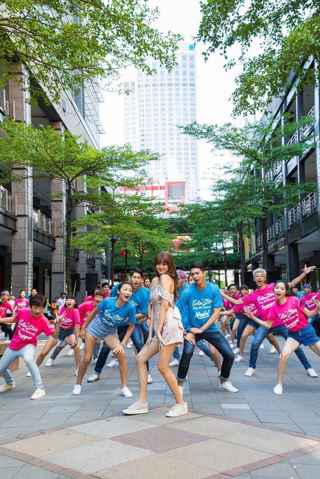 賴琳恩與璀璨之星參賽者熱舞。圖/伊林提供