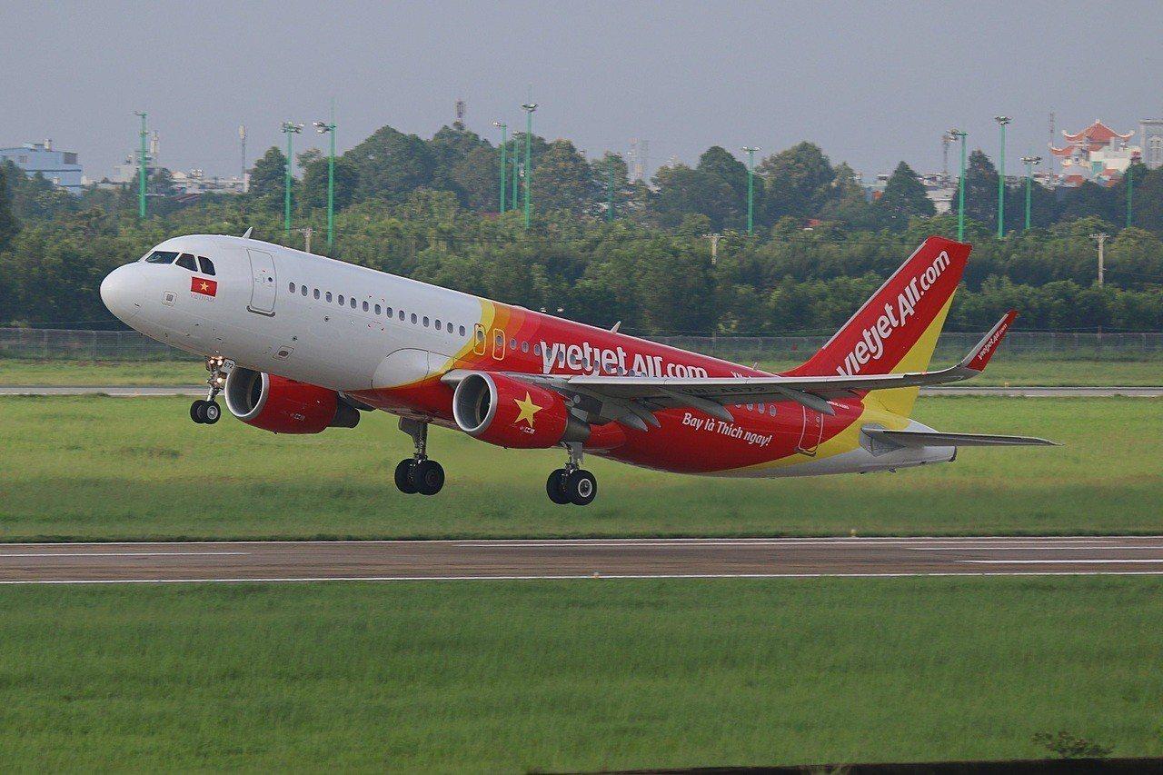 越捷航空於8月8日至8月10日推出20萬張零元起機票,讓想帶父親出國但遲遲無法下...
