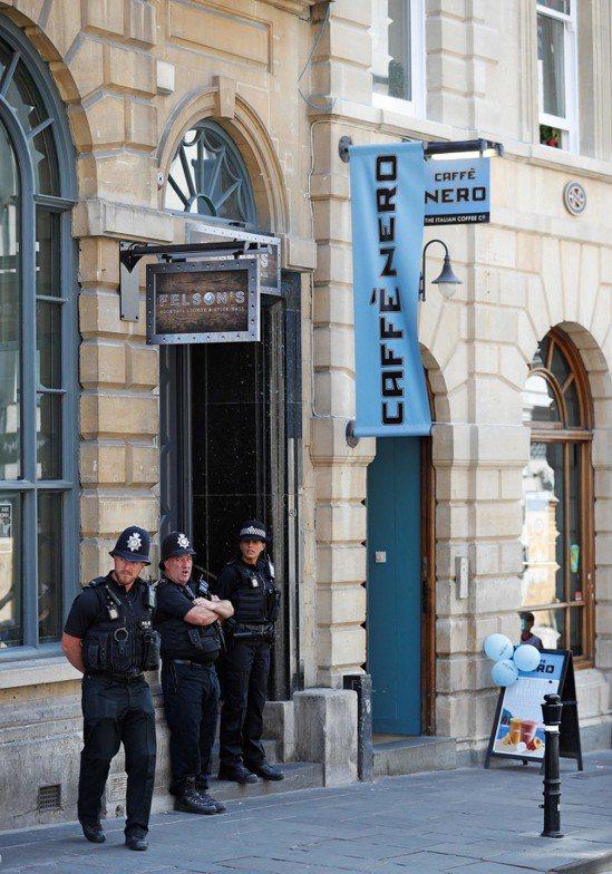 英國警察據報薪資不足以養家活口,必須兼差。法新社