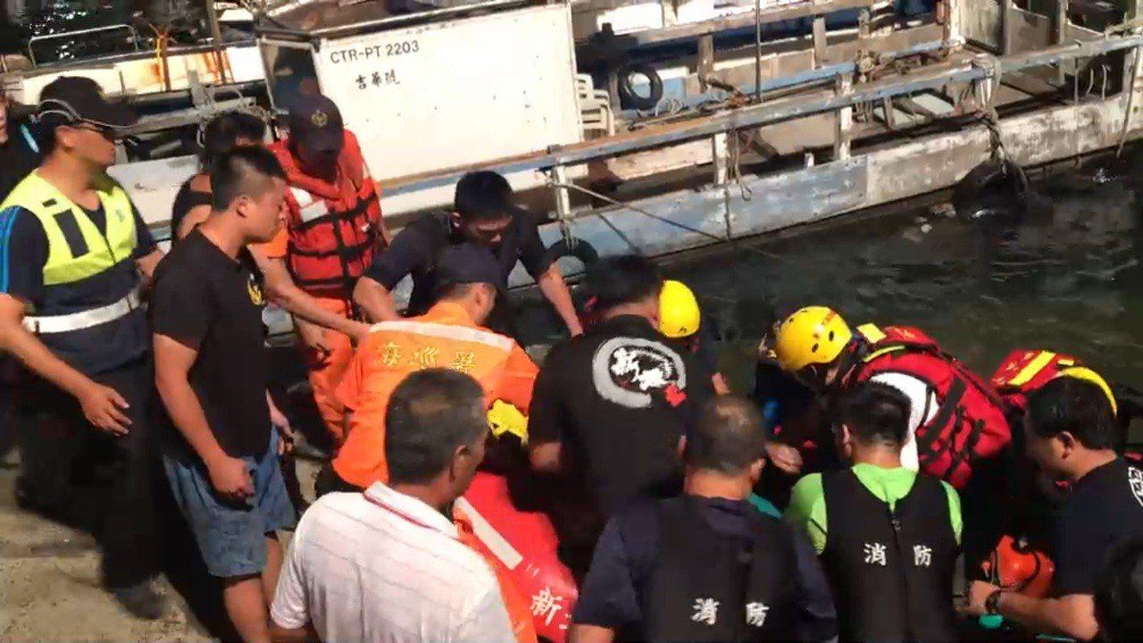 救援人員破窗將簡男救出,送醫急救,但到院前沒有生命跡象。記者游明煌/翻攝