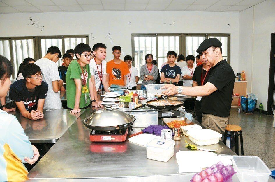 靜宜大學藉由飲食文化等多元活動,幫學生學好外語。 圖/靜宜大學提供