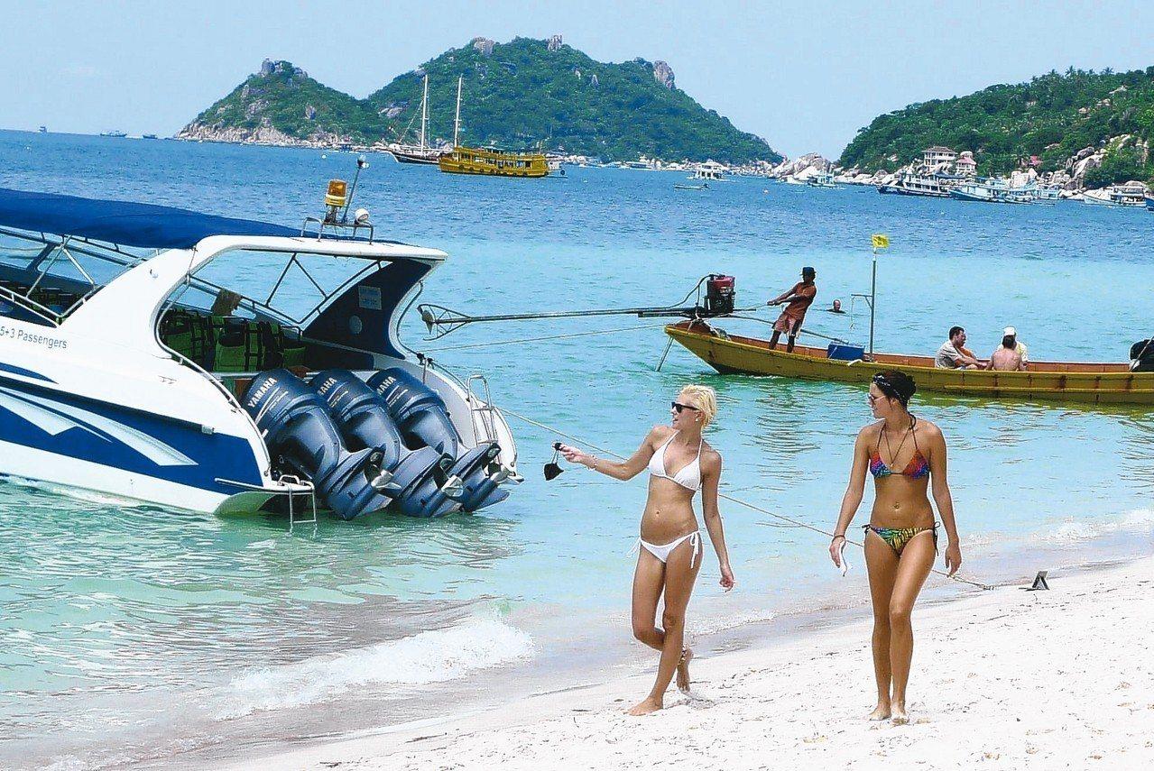 蘇美島與附近小島氣候穩定,沙灘活動豐富。 記者陳威任/攝影