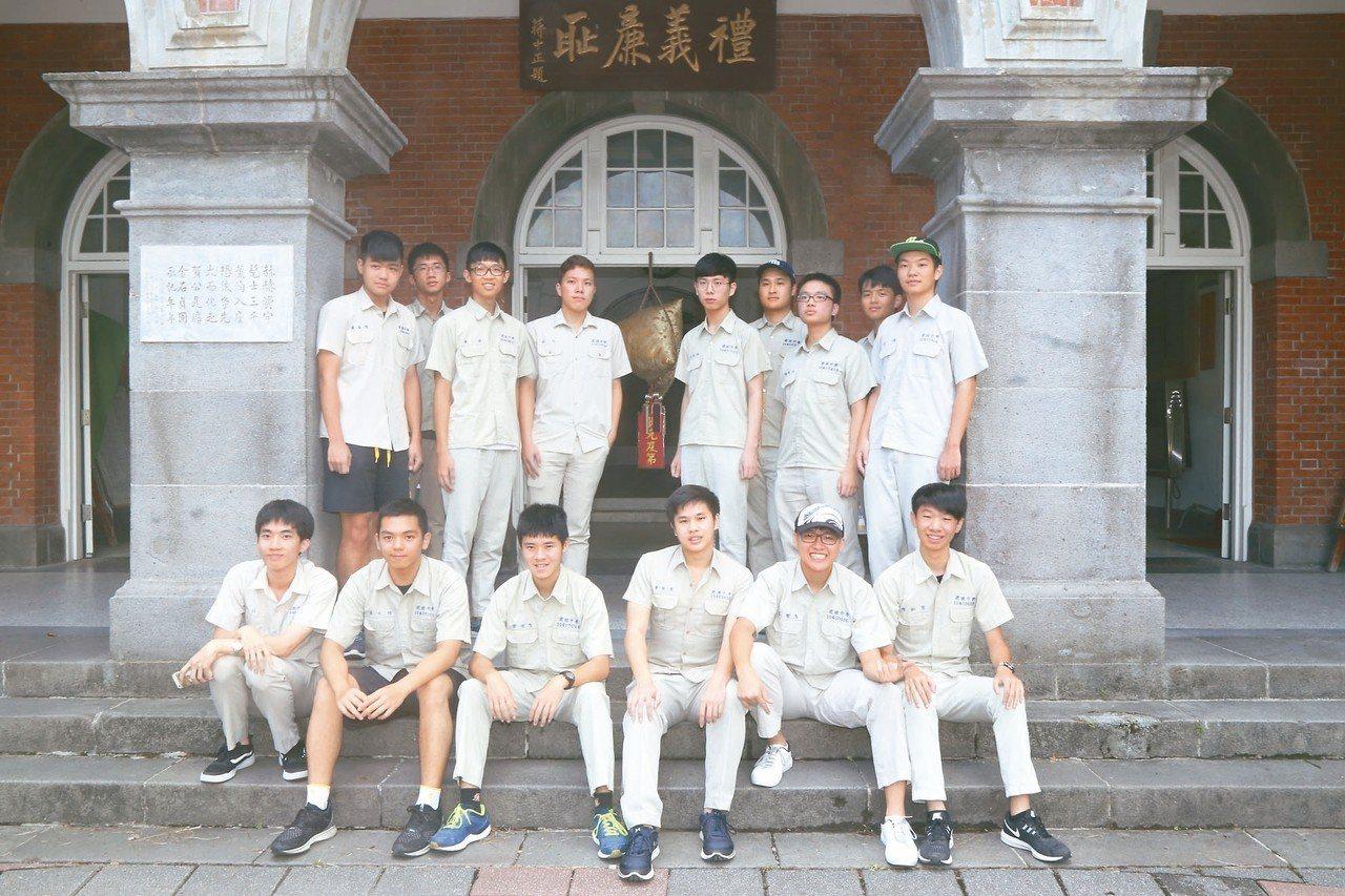 指考放榜,北市建國中學今年共有422人錄取台灣大學。 記者魏莨伊/攝影