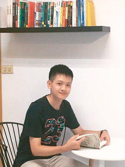 新北市中和高中一類組榜首吳培誠,從小涉獵各類書籍,在校參加服務性社團,考取台大社...