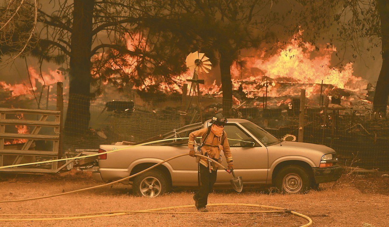 燃燒逾兩周的北加州野火是加州歷來規模最大,一名消防員六日在雷克郡「牧場山火」的主...