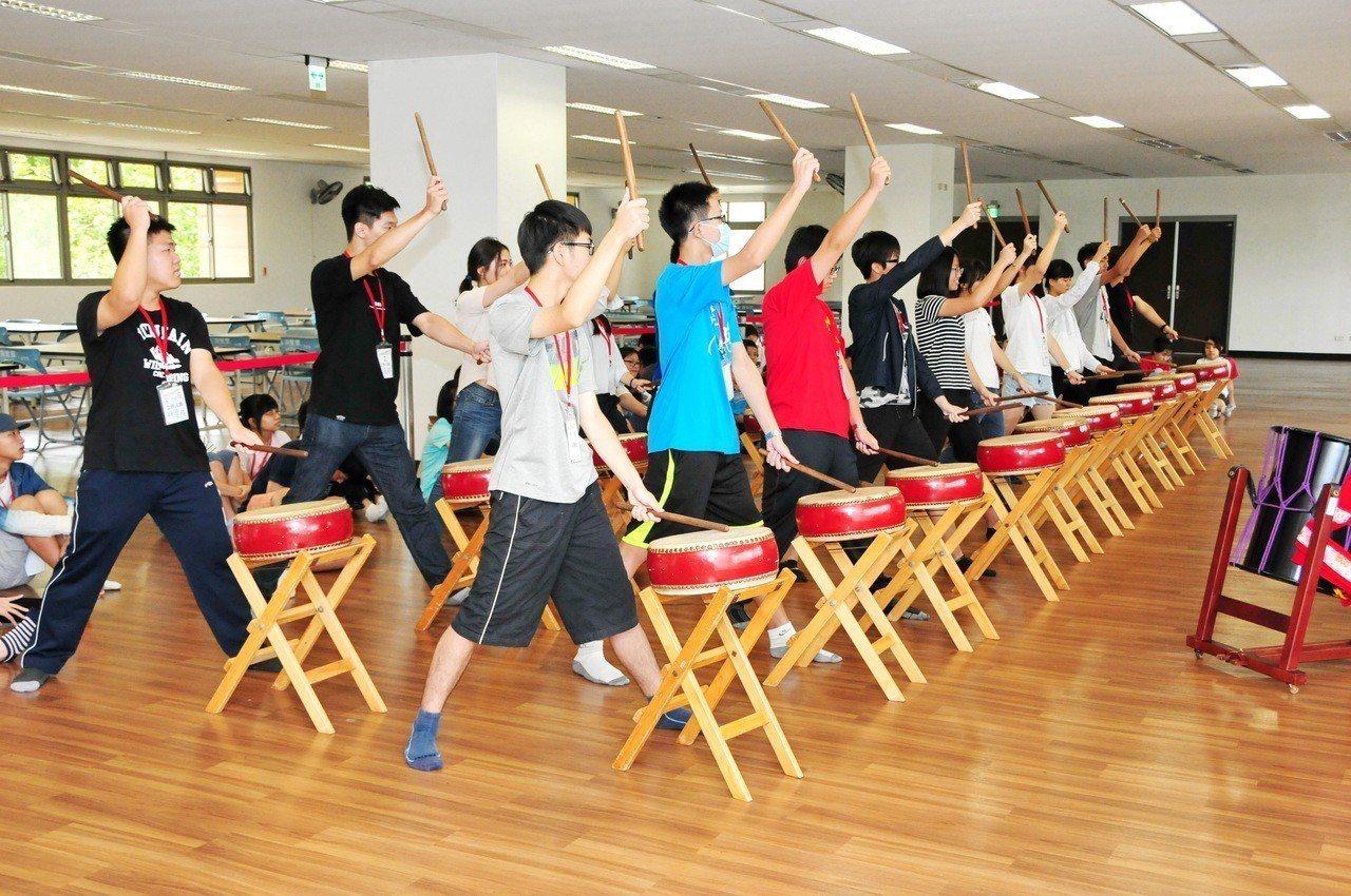 靜宜大學藉由太鼓等多元活動,幫學生學好外語。圖/靜宜大學提供