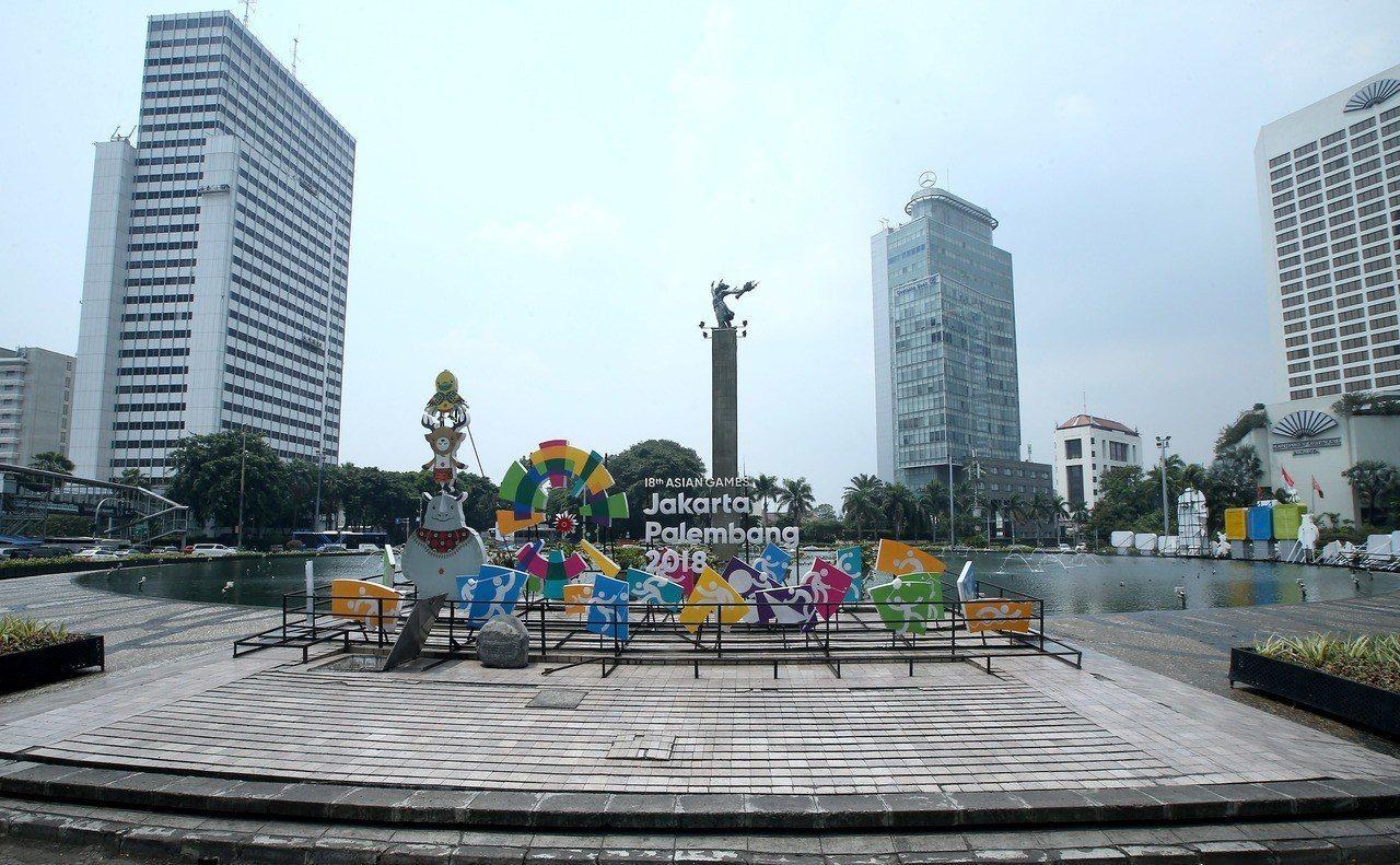 2018年亞運在雅加達、巨港舉辦,雅加達市區隨處可見宣傳標語、旗幟。 圖/聯合報...