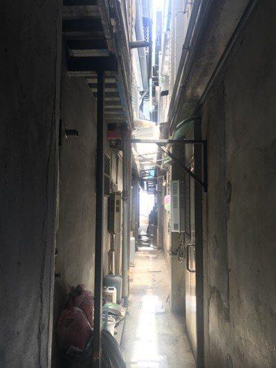 民宅後方防火巷十分狹窄,消防員要以S型方式架梯攀爬。 圖/聯合報系資料照片
