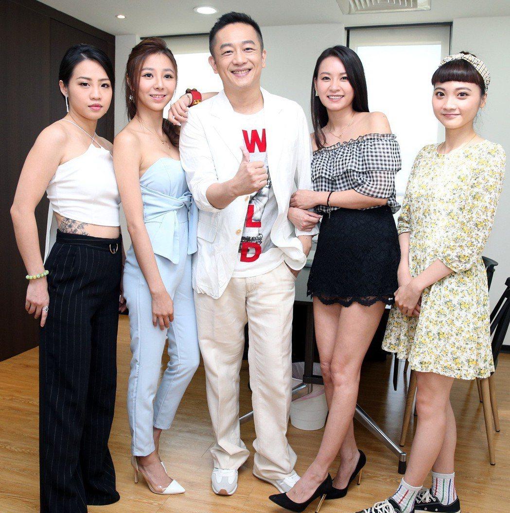 戲劇一哥陳昭榮(中)打造「翰成直播購物」,與直播主公開亮相。記者侯永全/攝影
