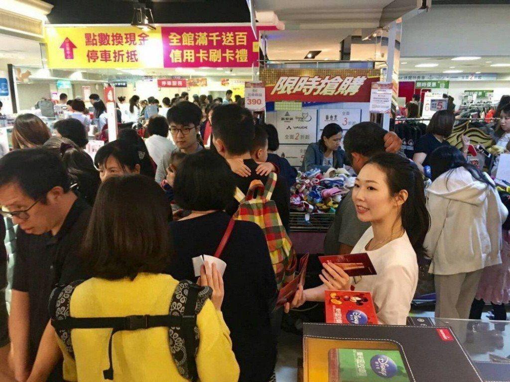 政府擬放寬外籍旅客現場小額退稅金額上限,從2萬4000元提高到4萬8000元。 ...