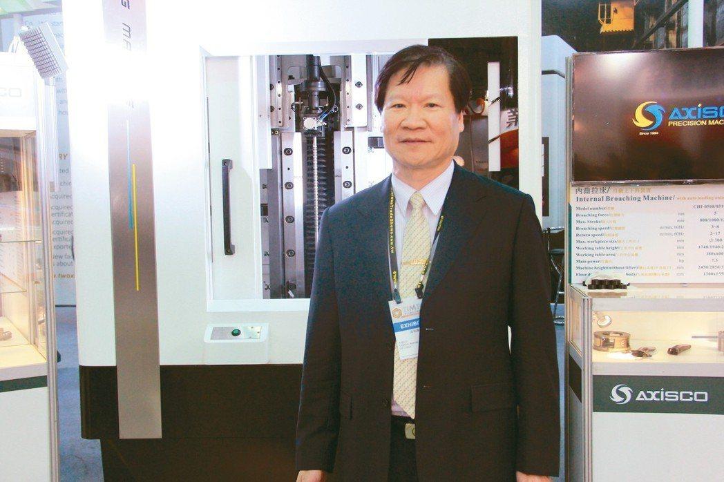 成祐精機董事長黃茗杰介紹新推出的平台上升式拉床,功能強大且具多項特色。 戴辰/攝...