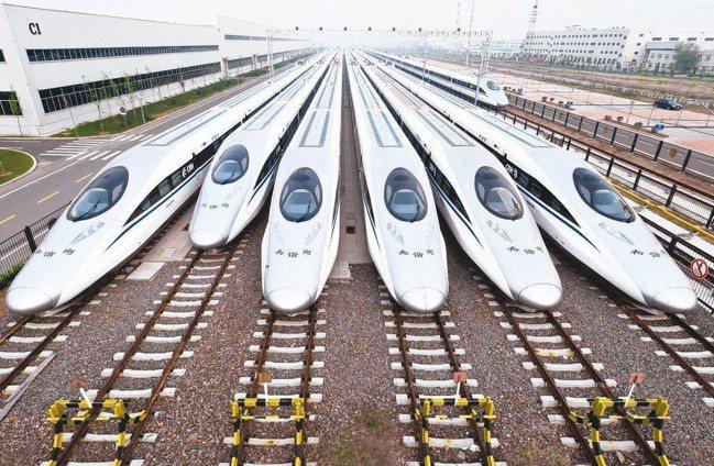 大陸拚經濟,將擴大鐵路等基建投資。圖為準備發車高鐵。 本報系資料庫
