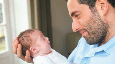 近年來愈來愈多美國企業願提供新手爸爸育嬰假。 (網路照片)