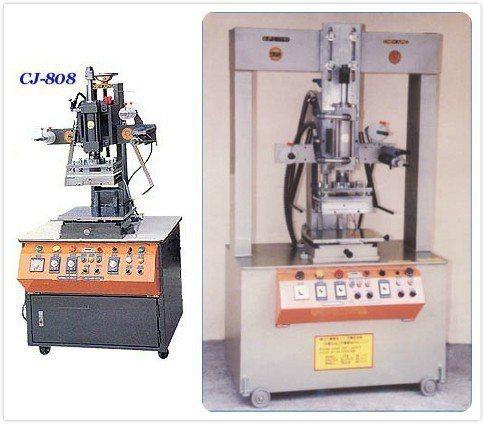 圖左為油壓燙金機,圖右為強力燙金壓紋機。茄榮/提供