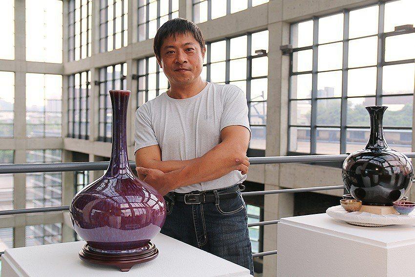 陳志忠與《紫焰紅》。 陶博館/提供