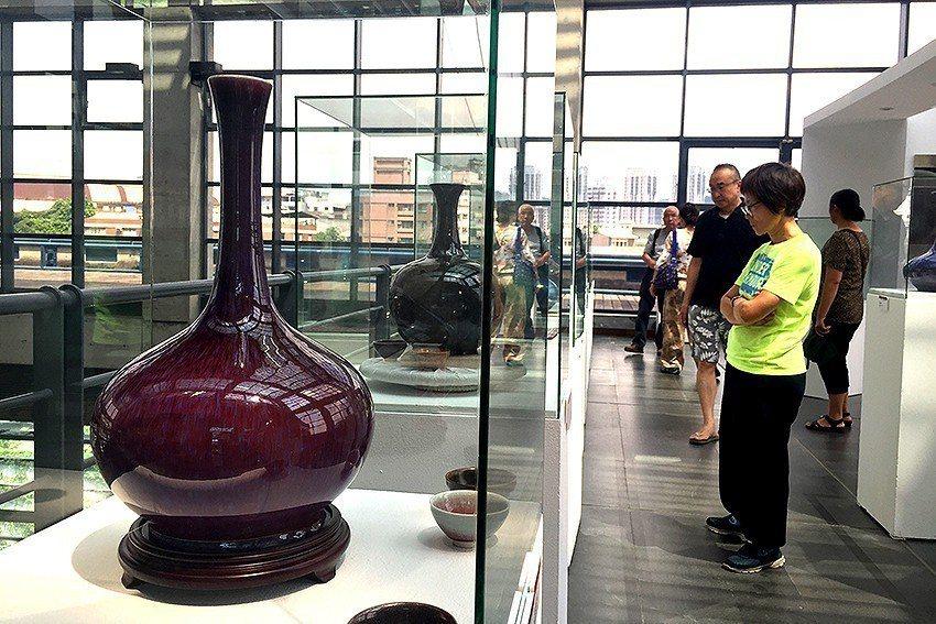 新北市陶藝家陳志忠的個展人潮絡繹不絕,許多民眾駐足仔細欣賞作品。 陶博館/提供