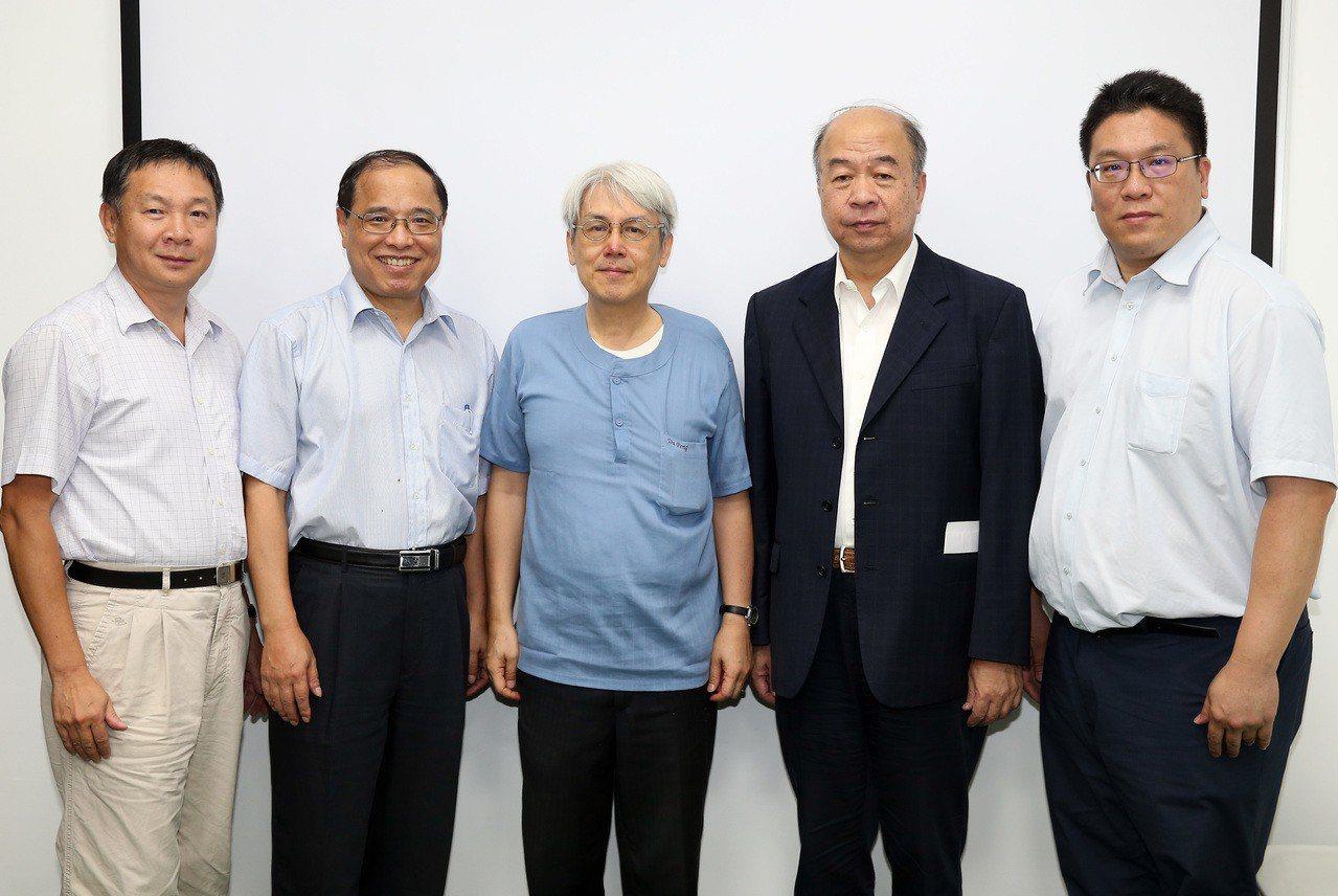 經濟日報舉辦「年改對產經影響」座談會,與會人員包括經濟日報副社長翁得元(右二),...