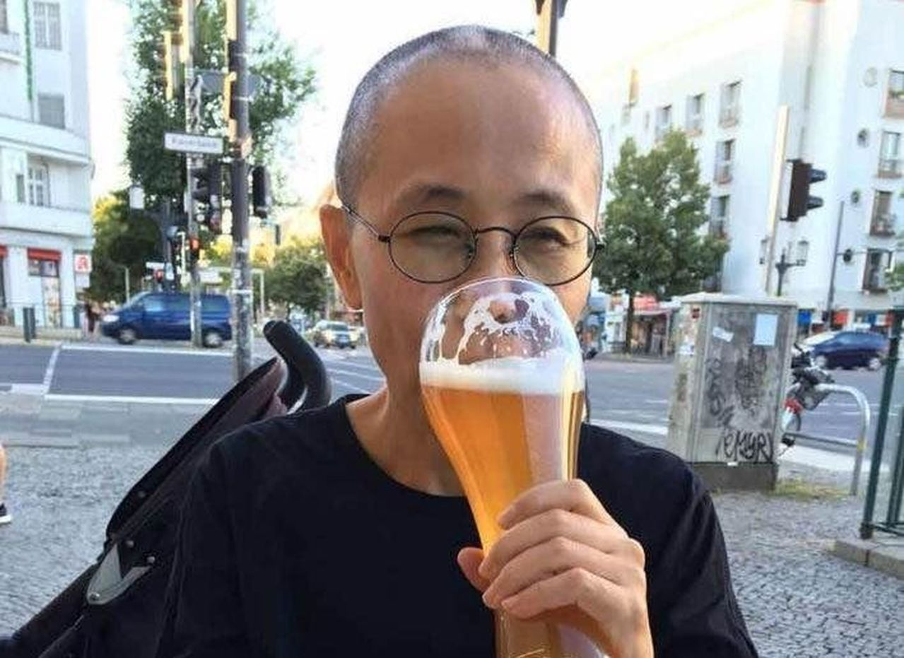 劉曉波遺孀劉霞,開心喝啤酒照曝光,他的詩人好友直言來自不易。圖擷自臉書