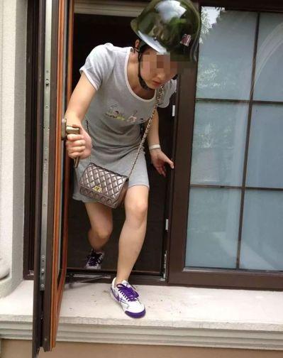 付迪戴著頭盔從別墅窗戶逃出。(取材自重慶時報)