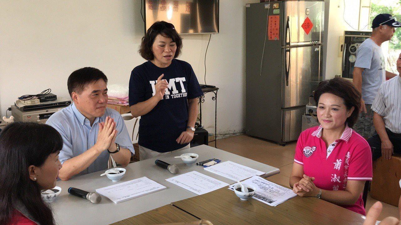 國民黨副主席郝龍斌(左)今天帶著黨嘉義市長提名人黃敏惠(中)到經國新城拜票,巧遇...