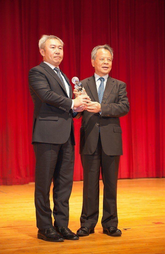 和泰產險獲「2018保險信望愛獎」肯定,由客戶服務處處長副總顏思齊(右)代表接受...