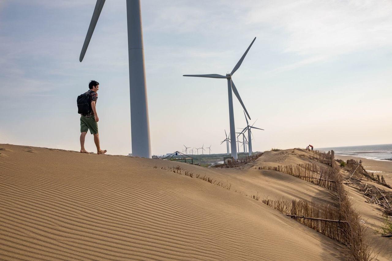 風車也在砂丘的襯托下,顯得格外壯麗。攝影/小林賢佐 提供