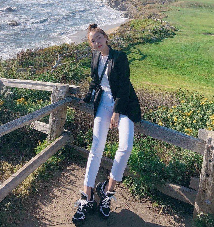 Jessica的穿搭多以俐落的純色西裝、襯衫為主,這樣的風格也融入了自創品牌的D...