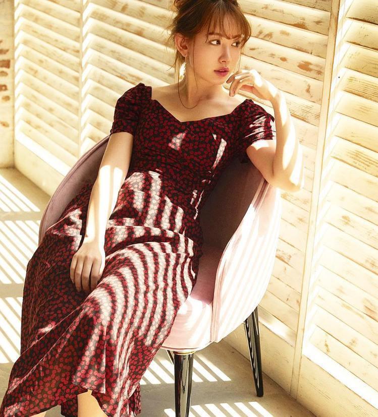 小嶋陽菜自創時尚品牌,以甜美浪漫的長洋裝為主。圖/擷自instagram