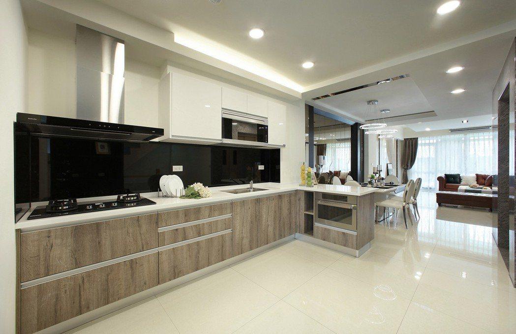 開放式大器餐廚空間,整體高質感廚具組,生活品味升等加級! 圖片提供/豐大建設