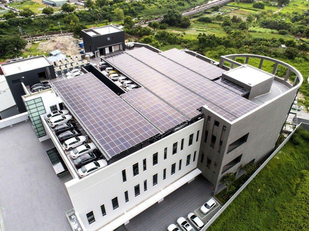 設置於頂樓的太陽能板,每日發電量約可達到212kWh的標準,足夠讓BMW i3繞台灣至少一圈。 圖/汎德提供