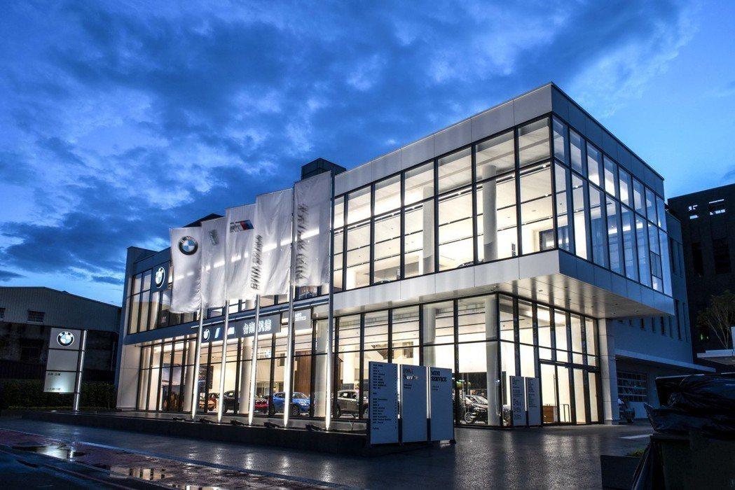 「BMW台南汎德永康5S全功能旗艦展示暨服務中心」為一棟地上5層、地下1層的大器建築,總樓地板面積達到4,371坪。 圖/汎德提供