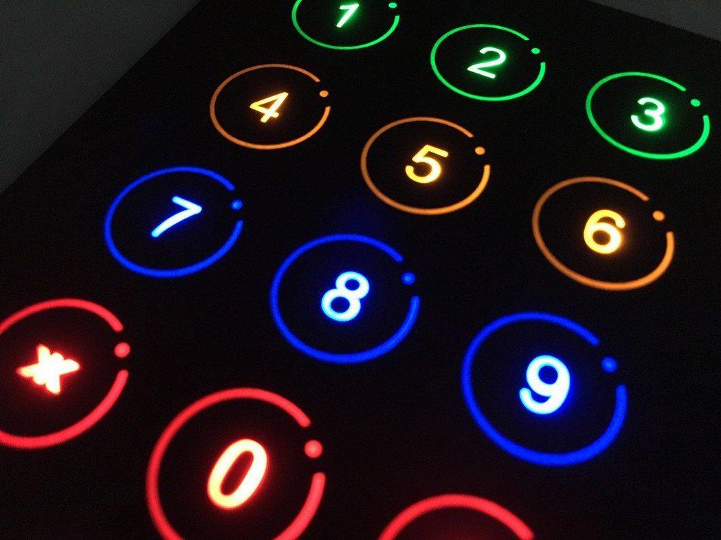 觸控開關是利用電容感應的方式啟動開關,使用時以手指輕輕觸碰感應區,人體上的電荷會...