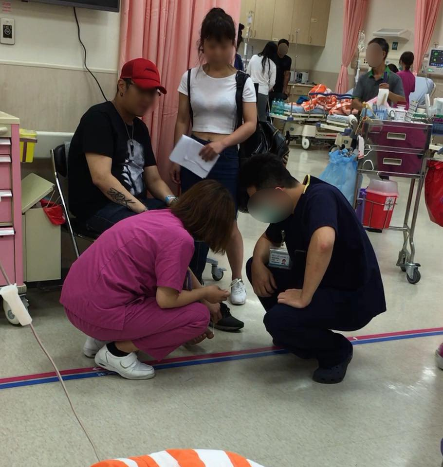 情侶檔(圖上排左1、左2)赴醫院治療凍甲,不斷刁難蹲地包紮的護理師(下排左1)。...