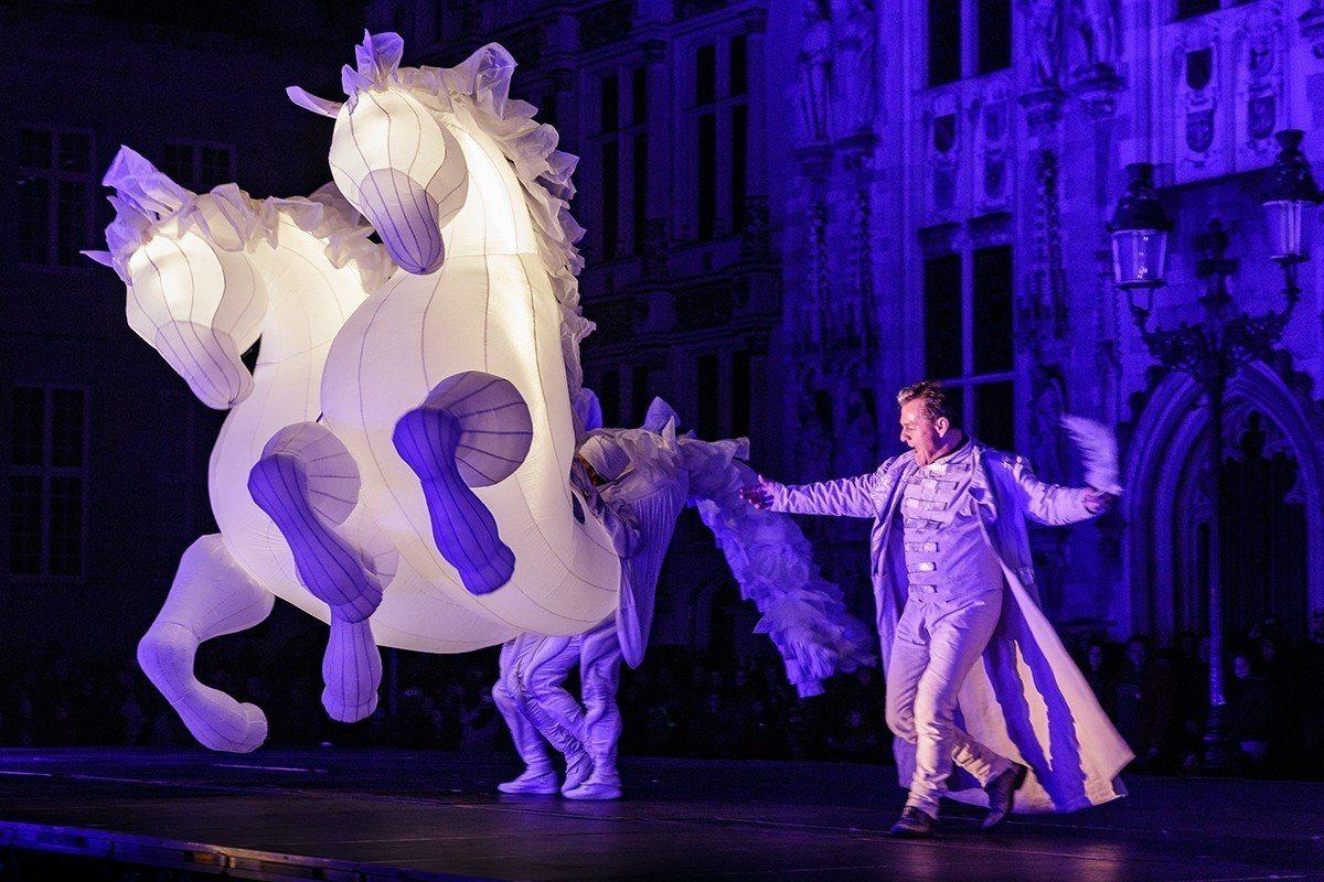 來自法國的Compagnie des Quidams不具名劇團,以奇特的造型衣飾...