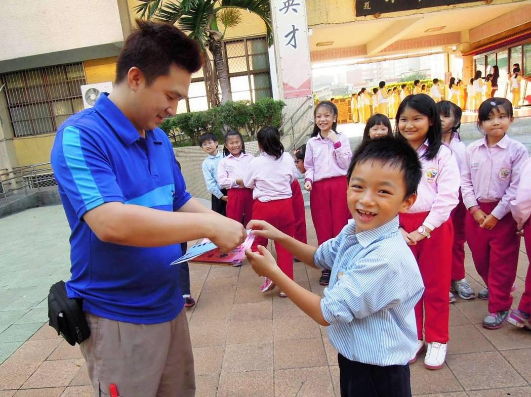 每年9月,新竹物流的司機們總會收到「教師卡」。圖/愛的書庫臉書粉絲團