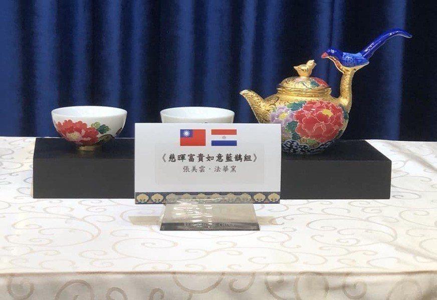 總統府8日召開總統「同慶之旅」贈禮說明記者會,圖片為陶藝大師張美雲的《慈暉富貴如...