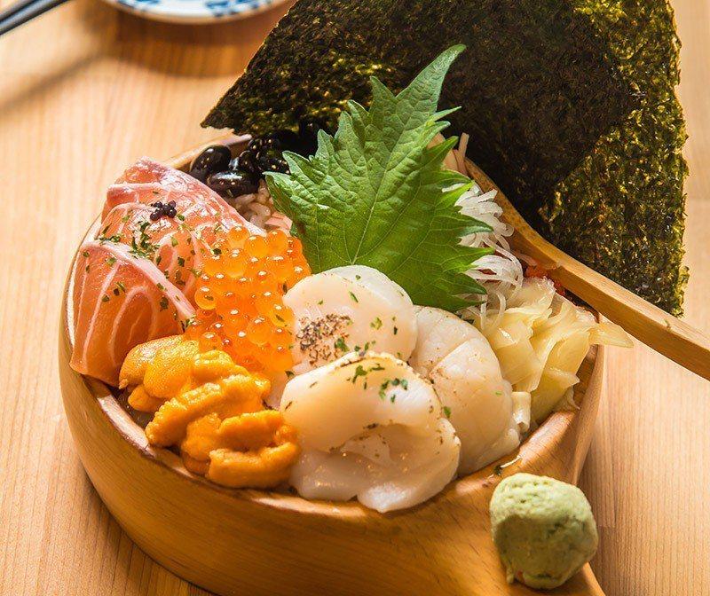 三色海景丼有干貝、海膽、鮭魚和鮭魚卵,最是豐盛  攝影|行遍天下