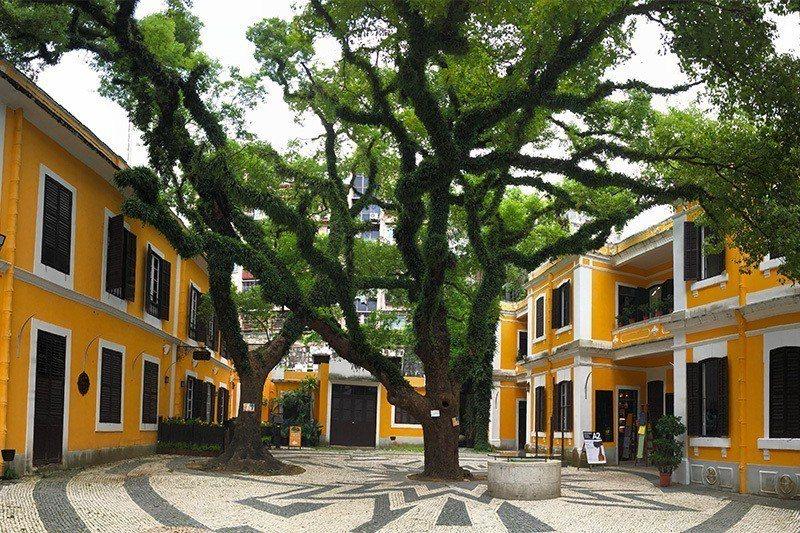 鵝黃建築與中式建築混搭,就是很澳門的印象  攝影|行遍天下