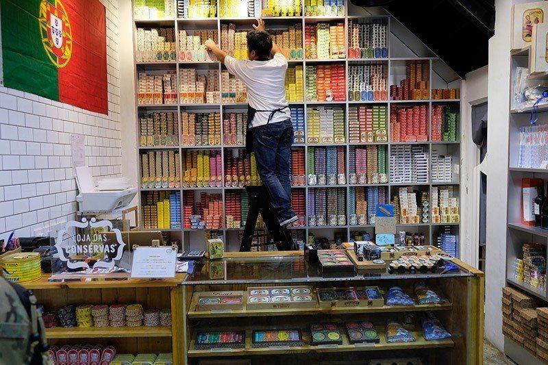販售上百種魚罐頭的店鋪有時候店員還要爬上樓梯才拿得到限定罐頭  攝影|行遍天下