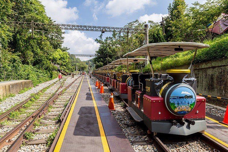 鐵道自行車外型如同小火車,設置遮棚免受日曬雨淋。  攝影 行遍天下