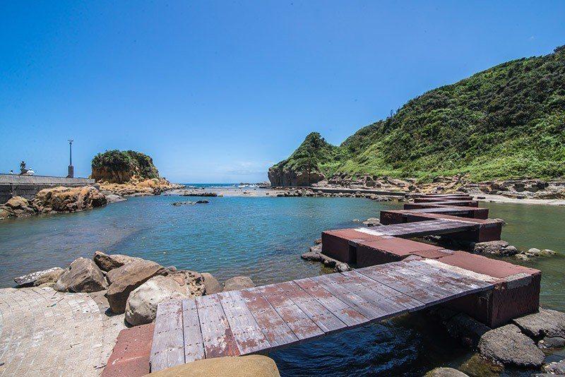 一條由石頭與木頭搭建而成閃電狀的橋延伸到對岸  攝影|行遍天下