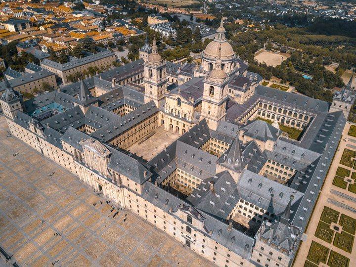 -俯瞰皇家修道院。雖名為修道院,它其實是包含教堂、修道院、皇家宮殿、陵寢等等設施...