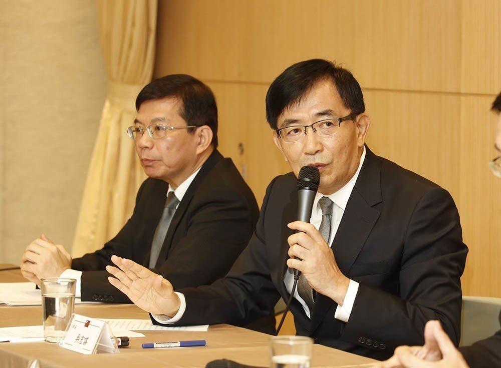 甫上任不久的交長吳宏謀(右)認為,高鐵應該把花東都考慮進去。 攝影/郭晉瑋