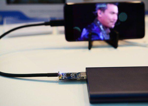 圖2 : 一邊充電一邊觀看影片,對使用體驗是非常重要的改良。(攝影/籃貫銘)