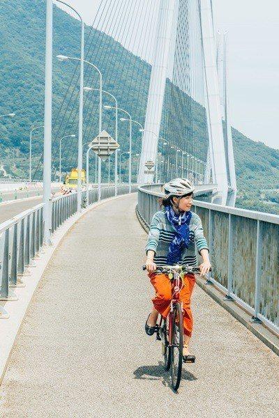 騎自行車漫遊在藝予諸島的藍天碧海。