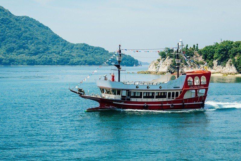 遊覽船巡遊於藝予諸島之間。