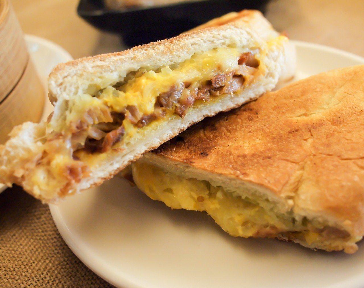(圖/台灣旅行趣) ▲熱壓三明治的美味,對宵夜來說真的是太過奢華了也說不定。