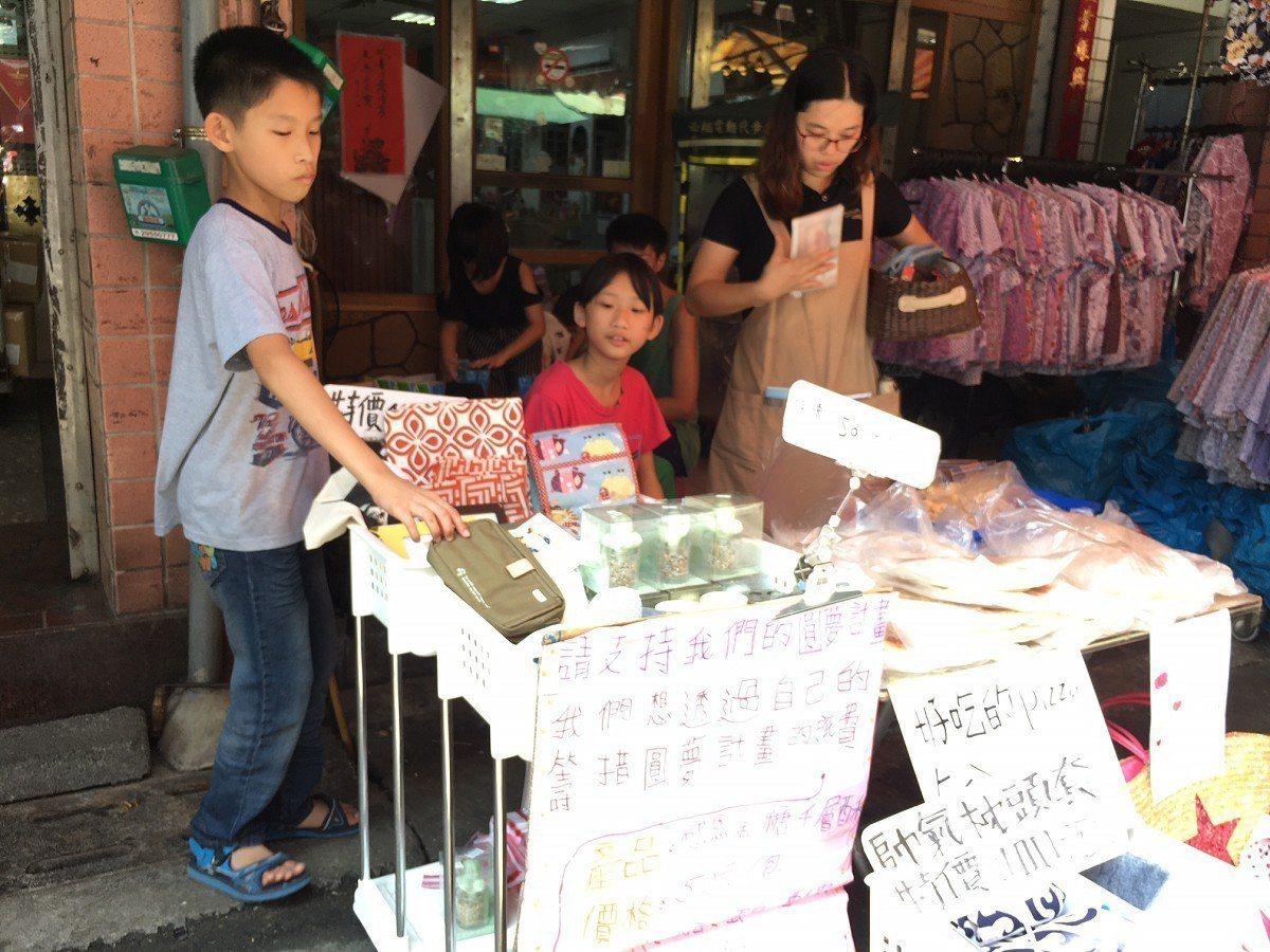 台北家扶中心「三芝好巢」孩子一早就起床揉麵團做出比薩、餅乾,並趕緊到市場擺起攤位...