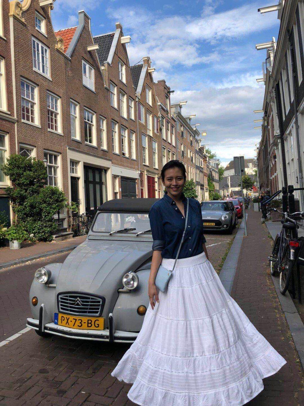 劉品言穿上最愛的白長裙漫步街頭。圖/鴻言娛樂提供