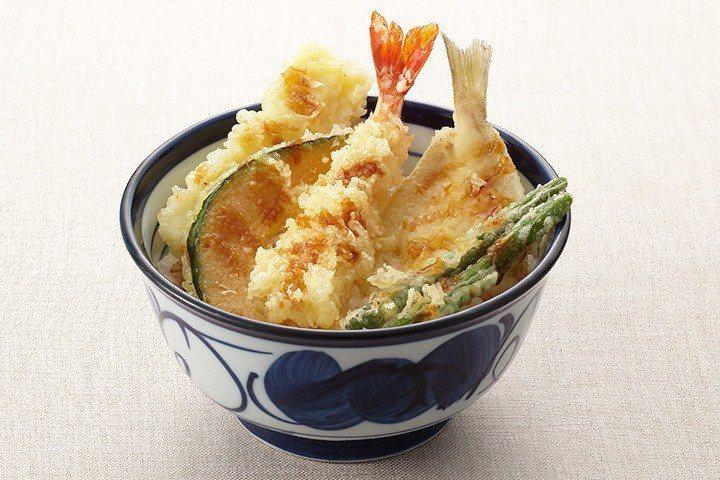 可吃得到炸蝦、沙鮻、花枝等配料的天丼,日本當地售價為510日圓起。圖/取自天丼て...